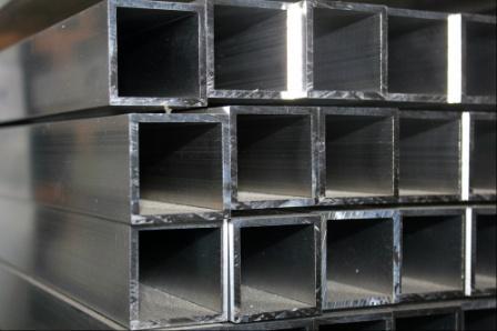 Алюминиевую квадратную трубу часто используют как конструкционный элемент