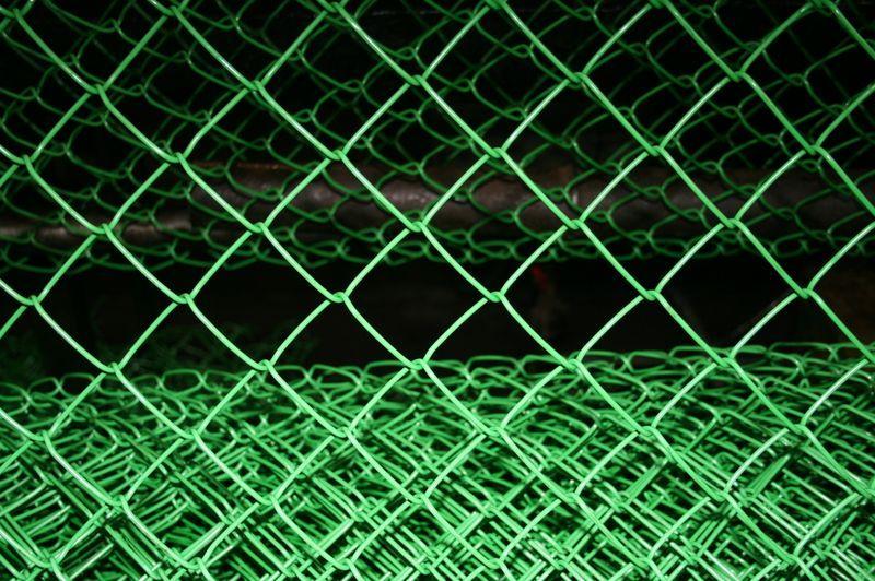 Плетеная сетка часто используется в монтаже простейших ограждений