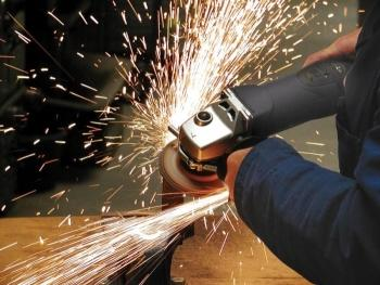 Резкой металла болгаркой должен заниматься только специалист
