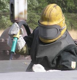 Пескоструйная обработка металла должна проводиться только в защитном костюме